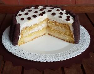 torta con pan di spagna e crema alla mandorla