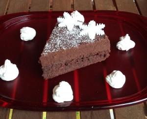 fetta torta al cioccolato su vassoi da portata