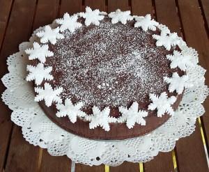 torta al cioccolato con decorazione natalizia