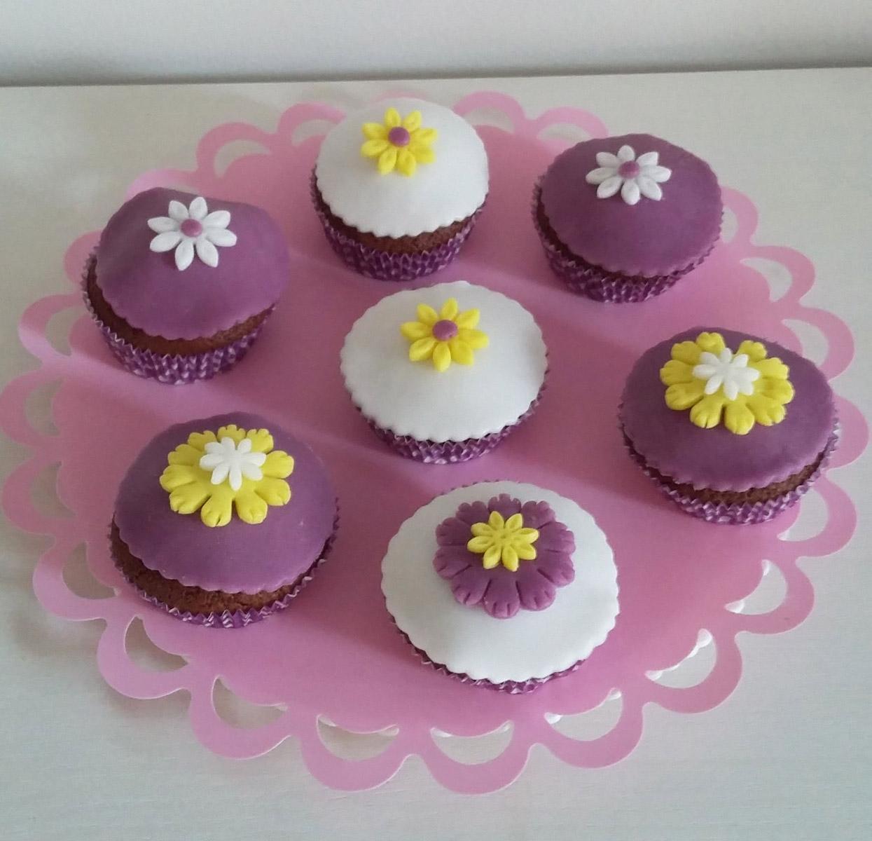 http://dolcequantobasta.it/wp-content/uploads/2016/03/muffin-al-miele-con-decorazioni-in-pdz.jpg