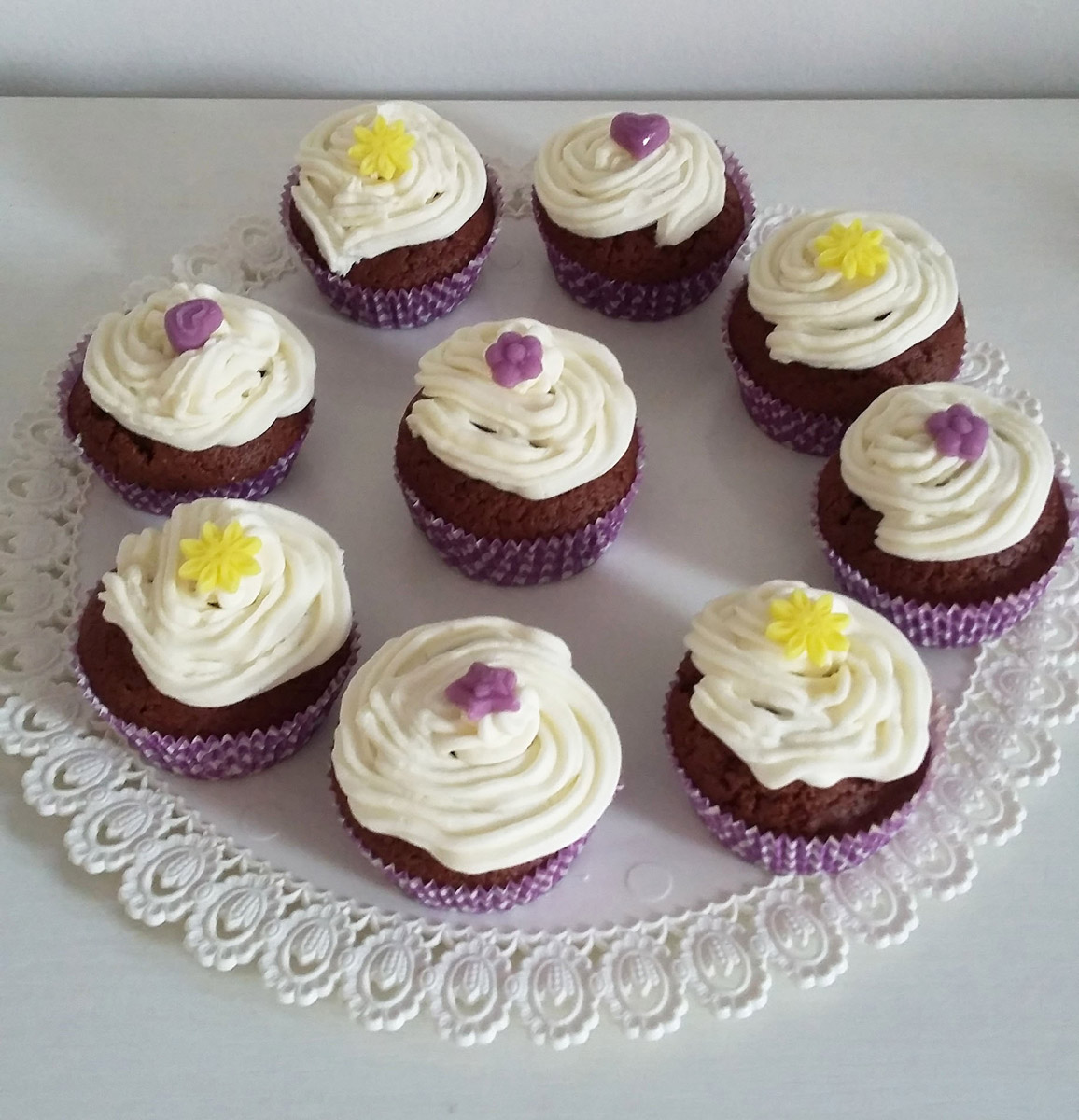 http://dolcequantobasta.it/wp-content/uploads/2016/03/muffin-al-miele-con-frosting-al-cioccolato-bianco.jpg