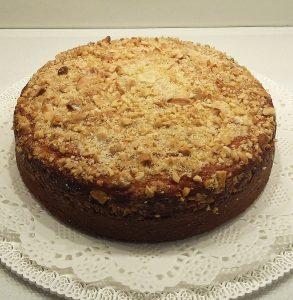 torta alla ricotta con crumble appena sfornata